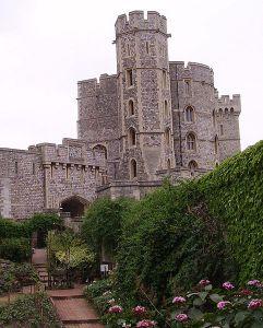 482px-Windsor_castle_garden_02