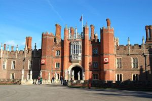 800px-Hampton_Court_Palace_20120224